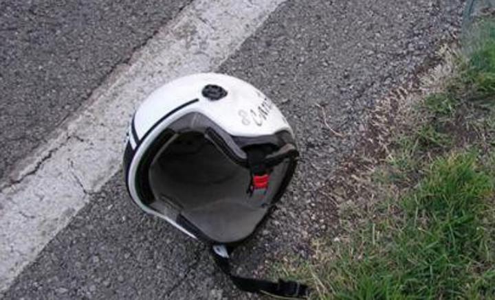 casco-sull-asfalto-incidente-stradale-statale-strada-centauro-moticiclista-marsala-www.marsalanews