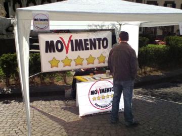 gazebo_5stelle-meeet-up-raccolta-firme-sfiducia-crocetta-presidente-regione-sicilia-marsala-news-cronaca-marsalanews