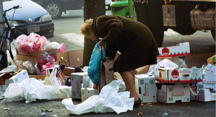 povertà-crisi-poveri-vecchia-raccoglie-rifiuti-per-mangiare-marsalanews