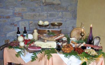 enogastronomia-sicilia-tavola-imbandita-a-festa-sicilia-salumi-formaggi-vini-