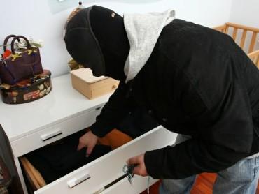 ladri-in-azione-ladro-furto-appartamento
