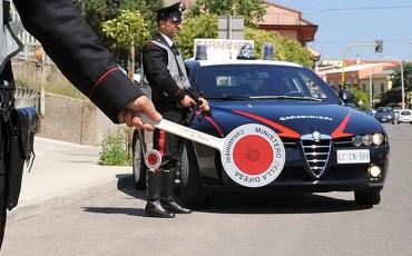 carabinieri-posto-di-blocco-paletta-auto