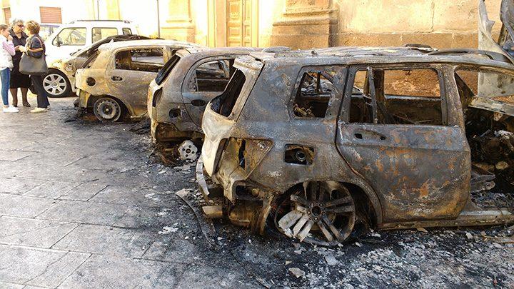 incendio-auto-via-rapisardi-marsala-5-2016