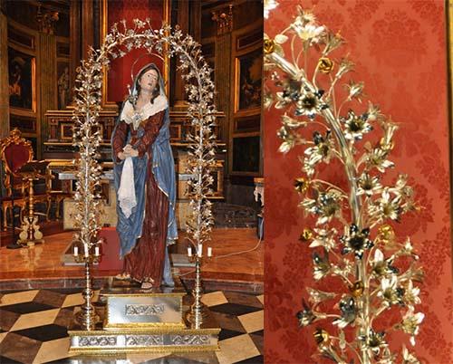Il simulacro della Maria SS. Addolorata ornato con un arco floreale