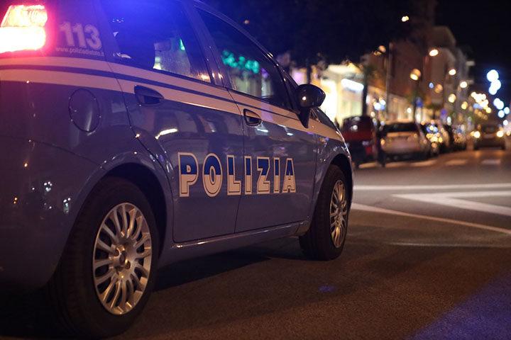 """Schiaffeggia in un bar la """"rivale d'amore"""", denuncia alla polizia"""