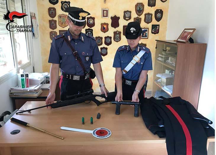 Armi clandestine e una divisa dei carabinieri. Arrestato 21enne a Campobello