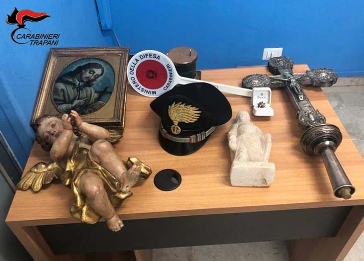 Trovati con oggetti sacri in auto, due palermitani denunciati per ricettazione
