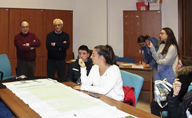 """L'intervento di recupero e riqualificazione del campo sportivo di via Istria, a Marsala, è oggetto di un'attività didattica del Liceo Pascasino che sta svolgendo un monitoraggio civico nell'ambito del progetto ASOC """"A Scuola di Open Coesione""""."""